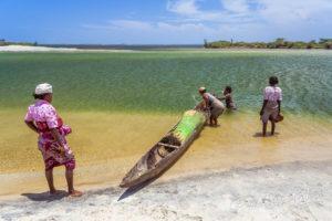 Des femmes malgaches sur le canal des Pangalanes, Madagascar