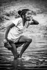 Jeune fille malgache à la toilette dans le canal des Pangalanes, Madagascar