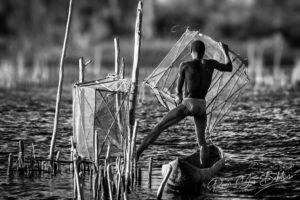 Pêcheur malgache avec ses pièges à poissons dans le canal des Pangalanes, Est de Madagascar.