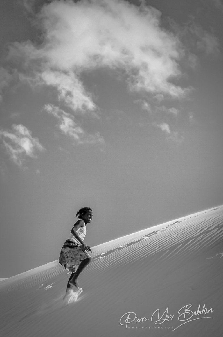 Jeune fille malgache montant la dune de Salary