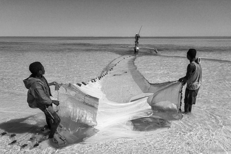 Scène de pêche dans le lagon d'Ambatomilo à Madagascar.