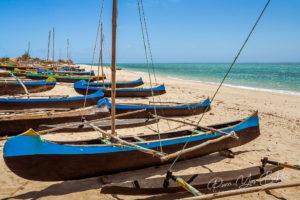 Pirogues à balancier sur la plage d'Anakao, Madagascar