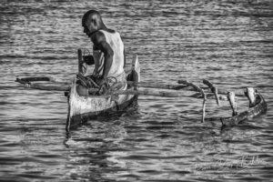 Pêcheur malgache Vezo dans sa pirogue à Ifaty, Madagascar
