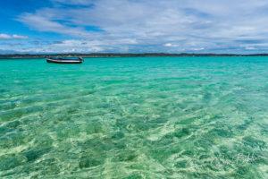 Bateau de pêche traditionnel dans la mer d'émeraude d'Antsiranana (Diego Suarez), Madagascar.