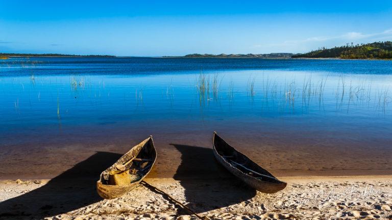 Pirogues sur le lac Rasoabe