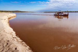 Barge touristique sur la rivière Tsiribihina, Madagascar