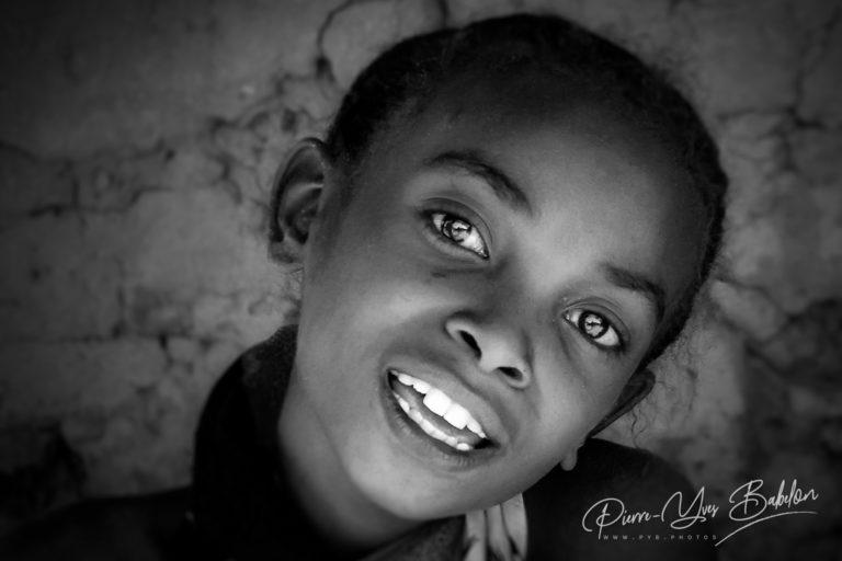 Jeune fille malgache des villages tribaux le long de la rivière Tsiribihina, Madagascar