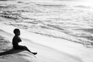 Enfant malgache devant l'Ocean Indien, Madagascar