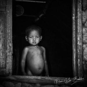 Enfant malgache à la fenêtre