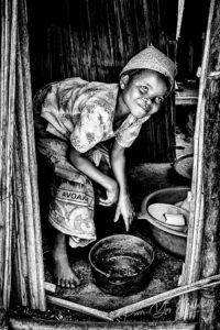Jeune villageoise malgache d'un village du Canal des Pangalanes, Madagascar