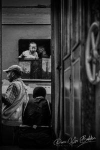 Enfant curieux du train Fianarantsoa - Côte Est, Madagascar