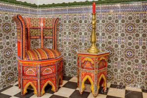Chaise et table traditionnelles marocaines sur fond zellige