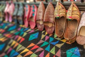 Babouches arabes sur un tapis coloré