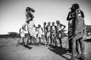 Guerriers massaïs en costume traditionnel pendant un rituel