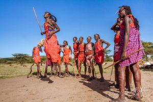 Des guerriers massaïs en costume traditionnel pendant un rituel