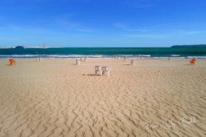 Plage municipale de Tanger, Maroc, située sur la côte nord-africaine à l'entrée du détroit de Gibraltar