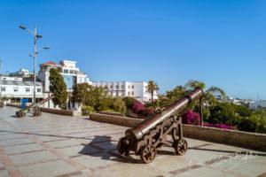 Les canons de la terrasse des paresseux à Tanger, au nord du Maroc avec vue sur le détroit de Gibraltar