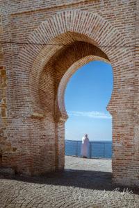 Un musulman regarde le détroit de Gibraltar depuis le mur de l'ancienne médina de Tanger au nord du Maroc